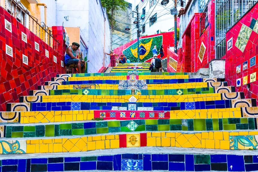 Escadaria Selarón, obra do artista chileno Jorge Selarón, é uma das principais atrações da Lapa