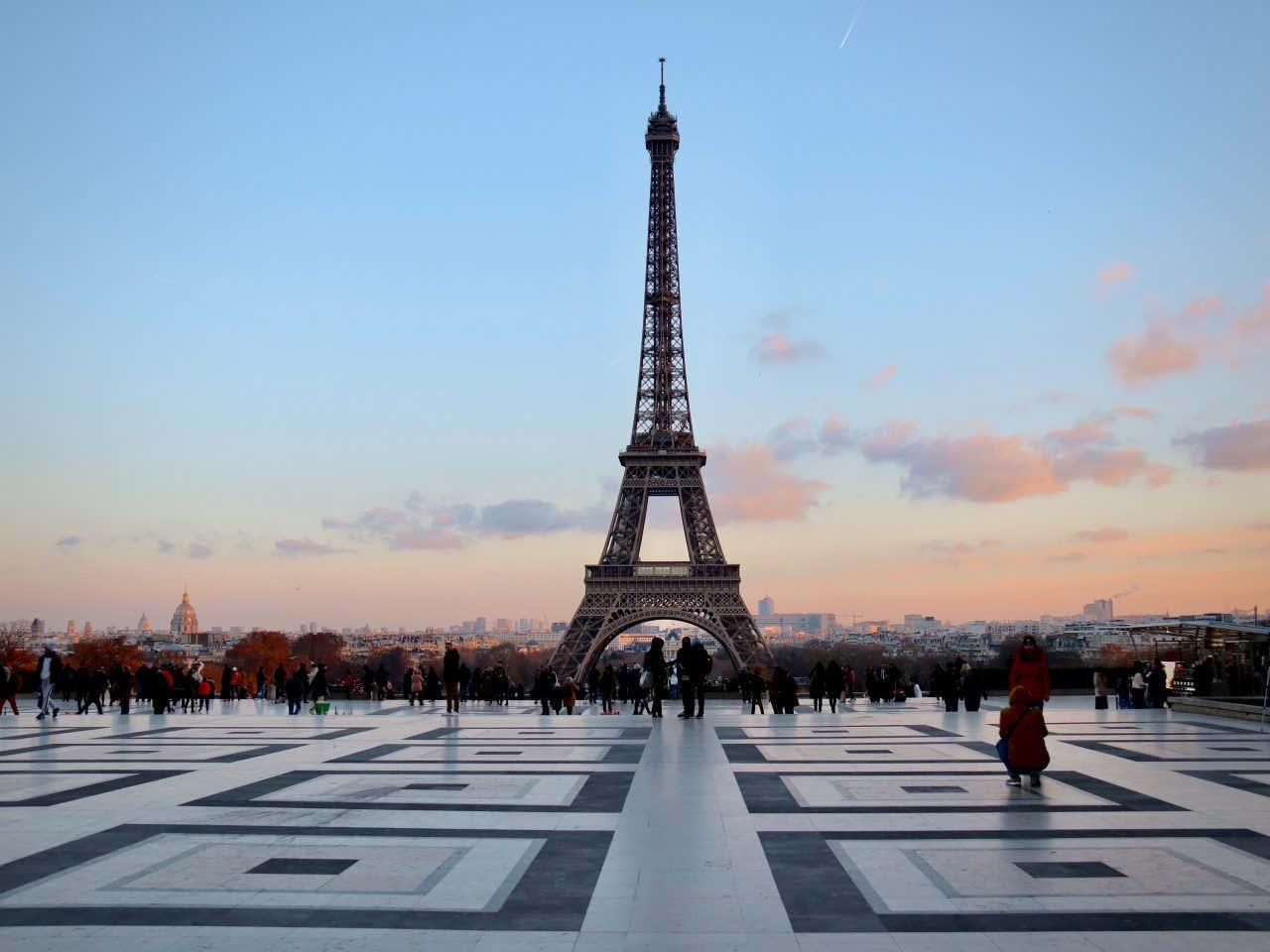 La tour Eiffel à Paris, l'une des villes incontournables de Paris.