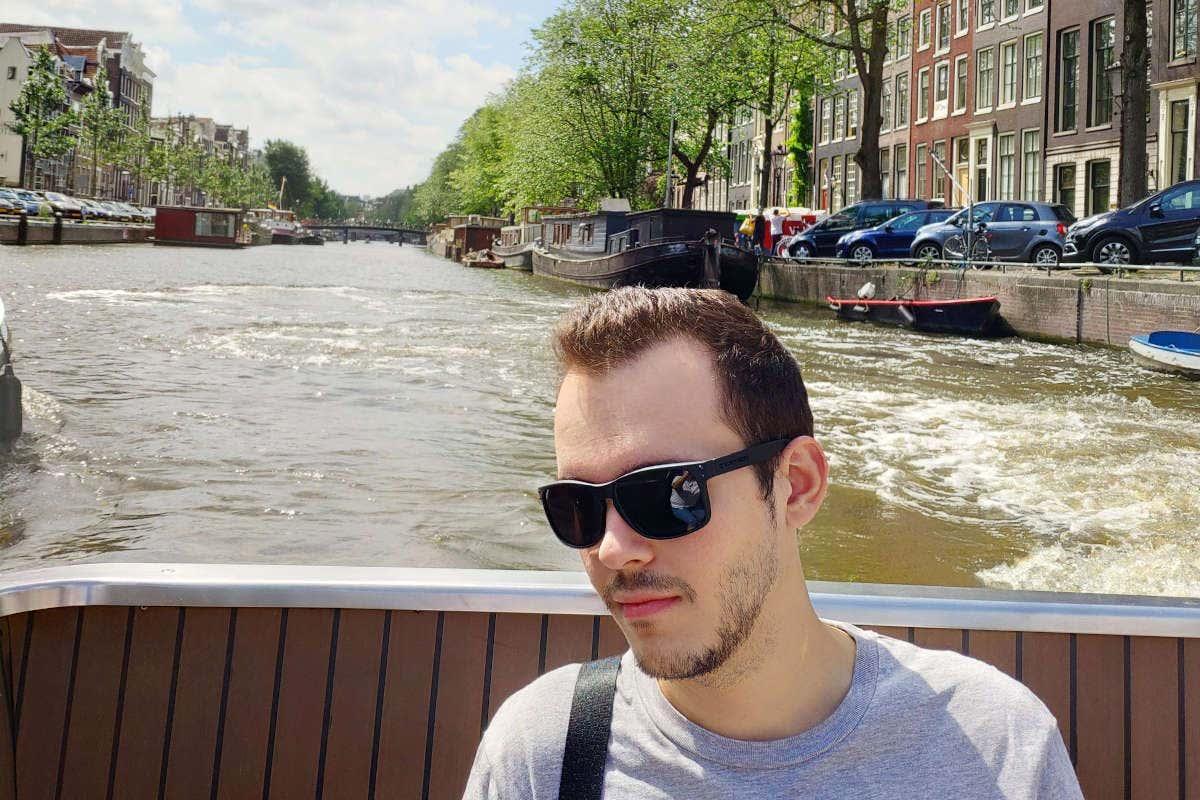 Jesús montado en un barco por los canales de Ámsterdam