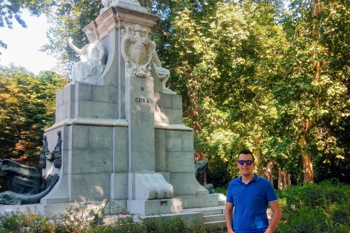 Jesús junto a una de las esculturas del Parque de El Retiro