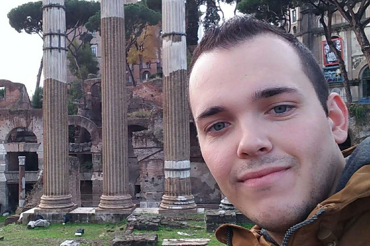 Jesús Rodríguez posando junto a las ruinas romanas de Roma
