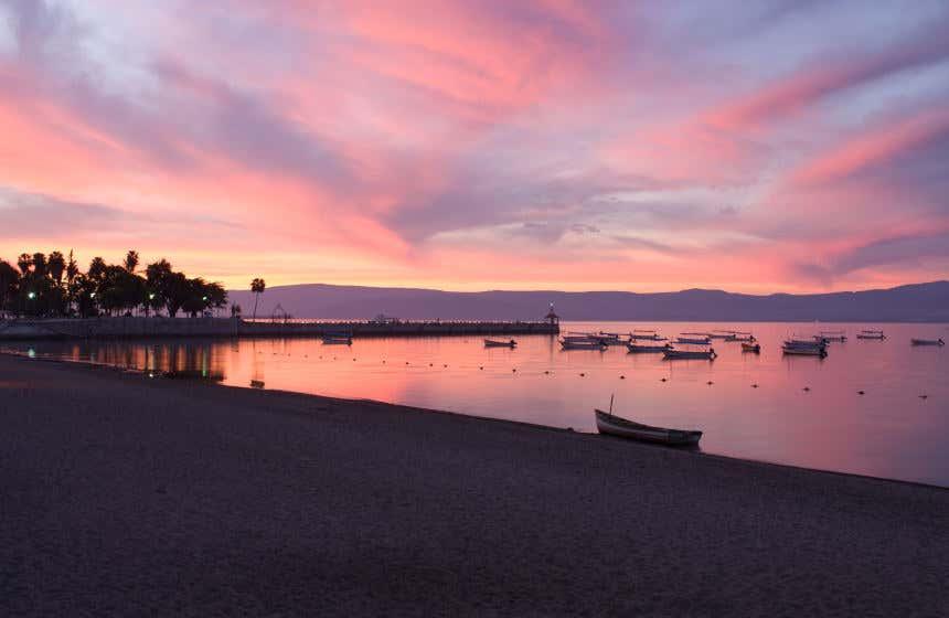 Atardecer de tonalidades rosas en Chapala, uno de los lagos más importantes de México.