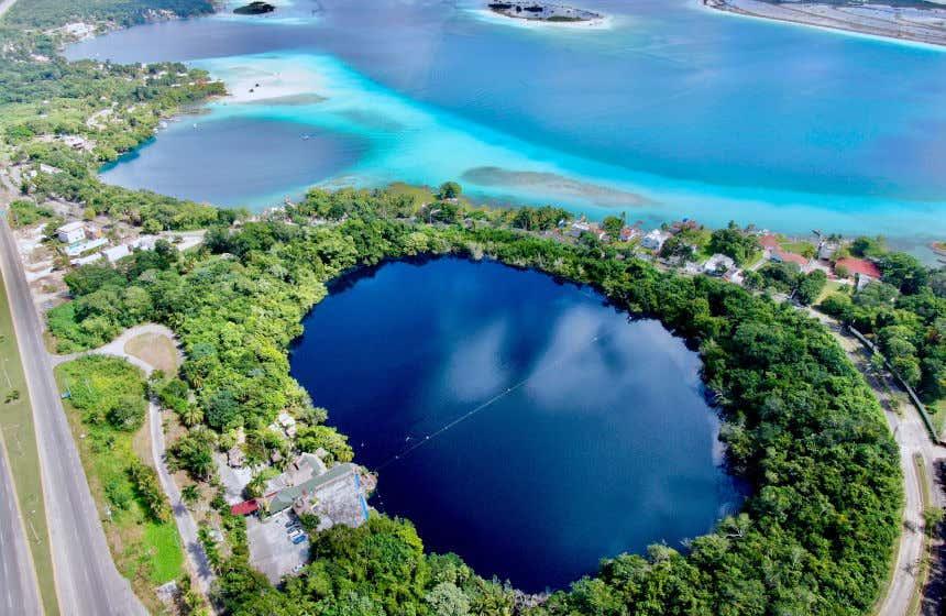 Laguna de los siete colores vista desde las alturas. Este es uno de los lagos más importantes de México.