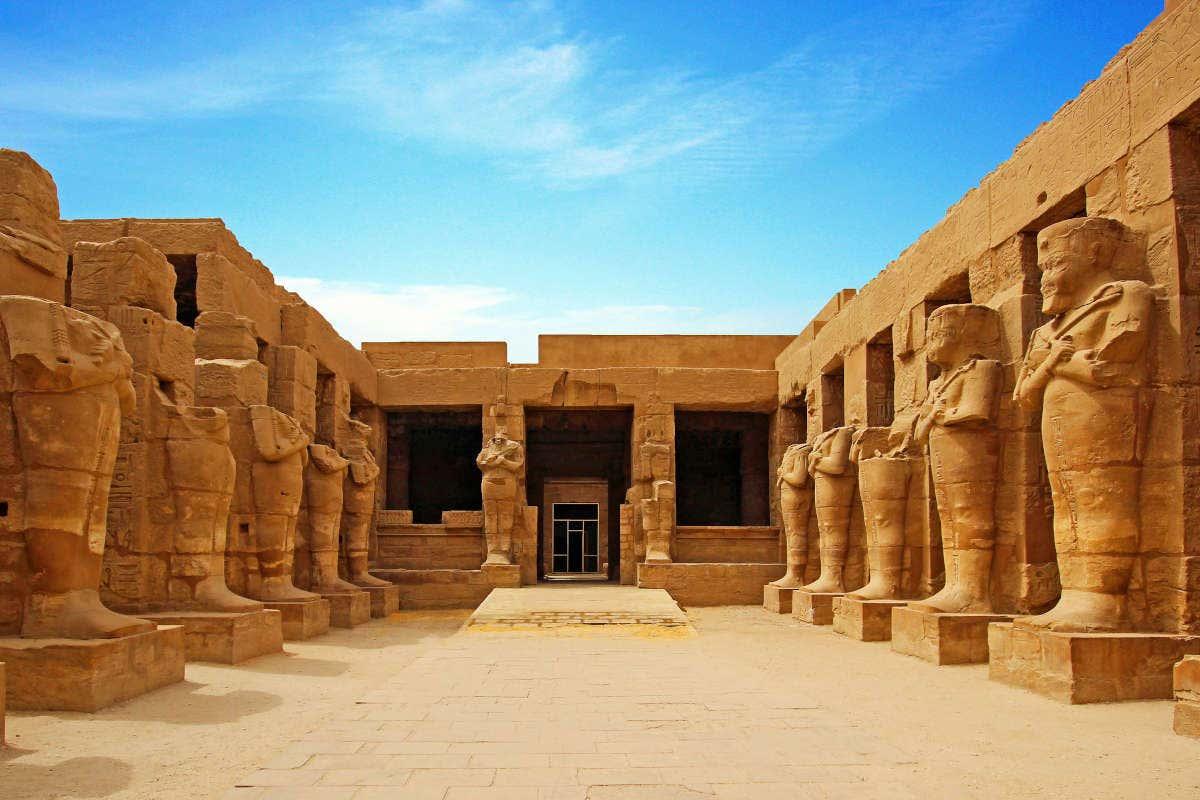 Ruínas do templo de Karnak, em Luxor, em um dia de sol