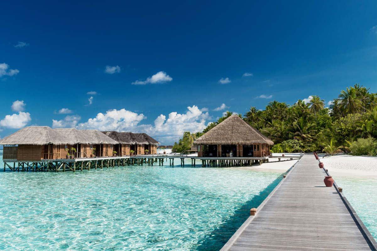 Vistas dos típicos bangalôs nas águas das Maldivas
