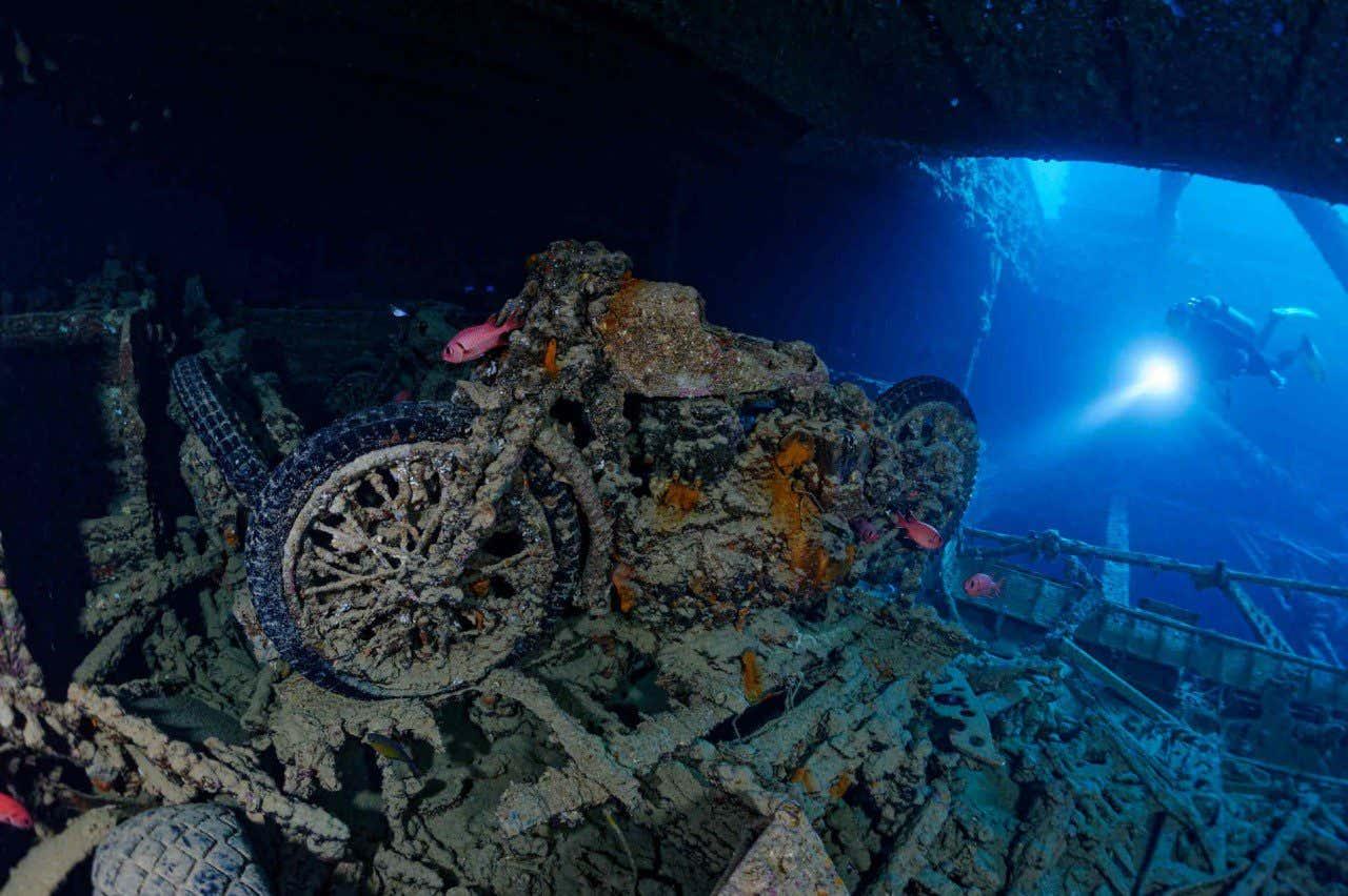 Moto en el interior del pecio SS Thistlegorm, en el mar Rojo