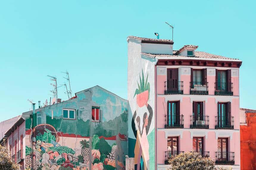 Edifício com arquitetura típica de Madrid decorado com arte urbana