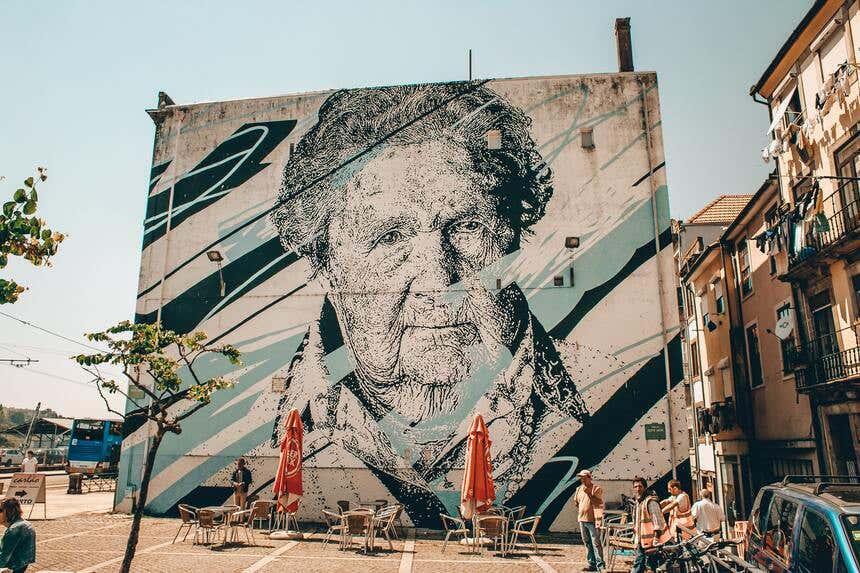Mural com o rosto de uma senhora no Porto