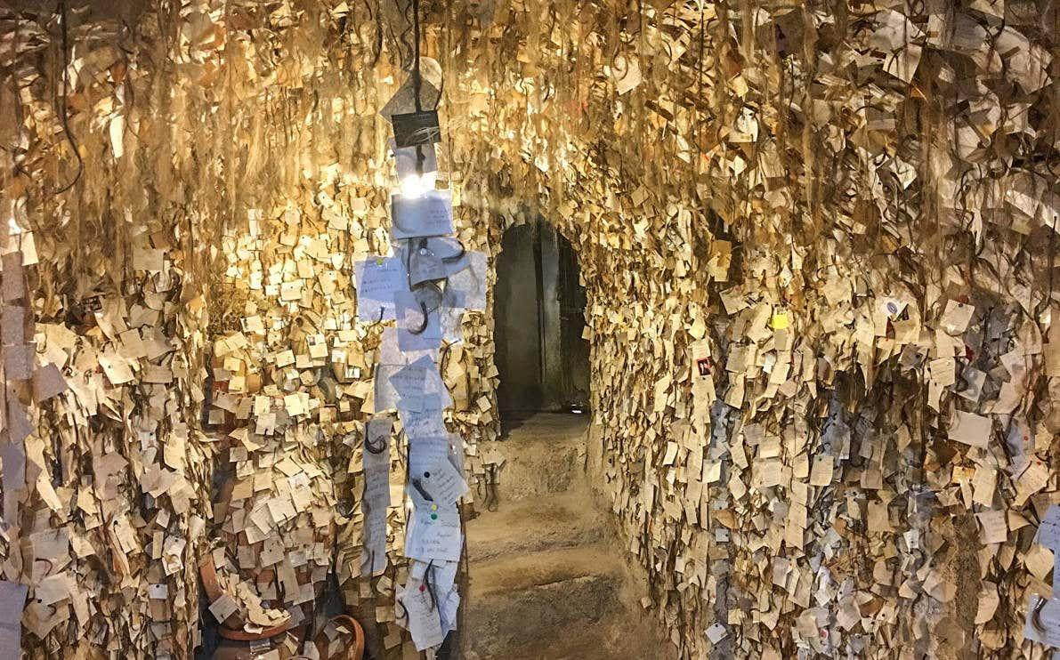 Entrada del Museo del Cabello en Turquía con una gran cantidad de mechones de pelo expuestos