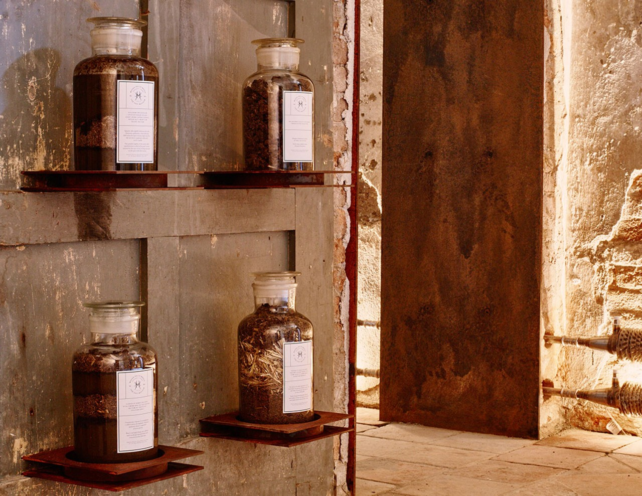 Exposición de varios excrementos en una de las salas del Museo de la Caca en Castelbosco