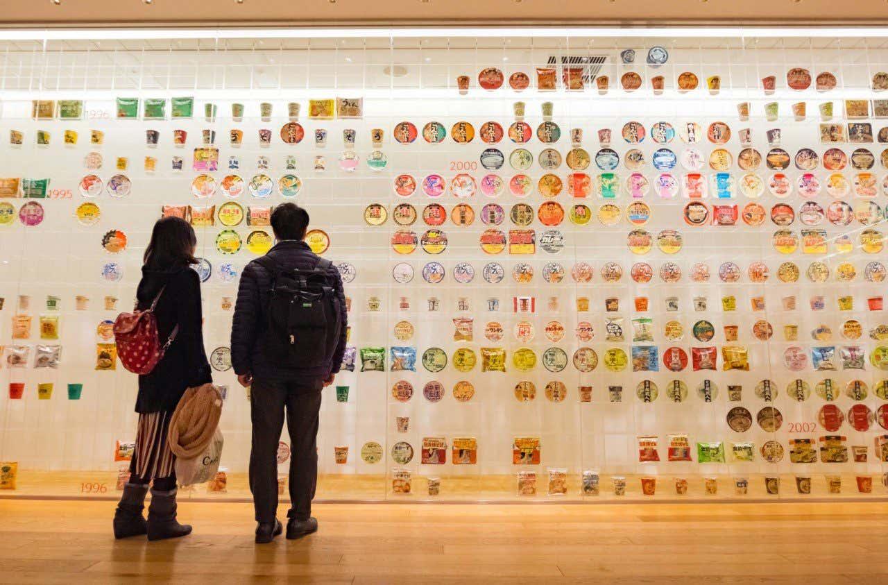 Pareja contemplando la muestra del Museo del ramen en Yokohama, Japón