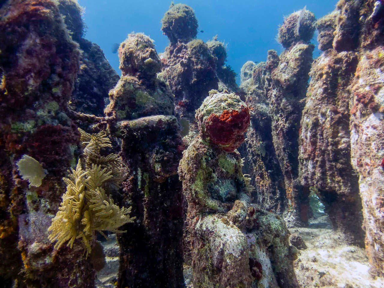 Esculturas bajo el mar en el Museo de Arte Subacuático en Cancún