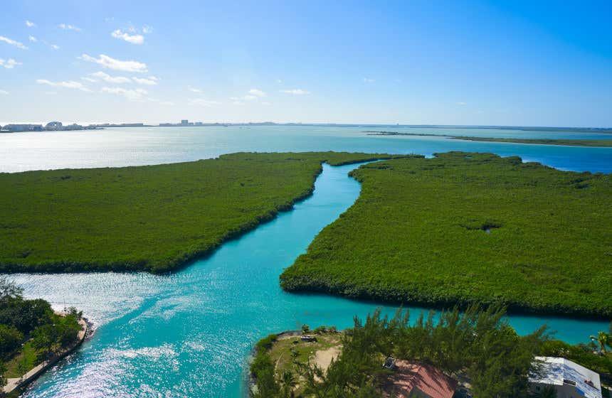 Laguna Nichupté con sus aguas turquesas.