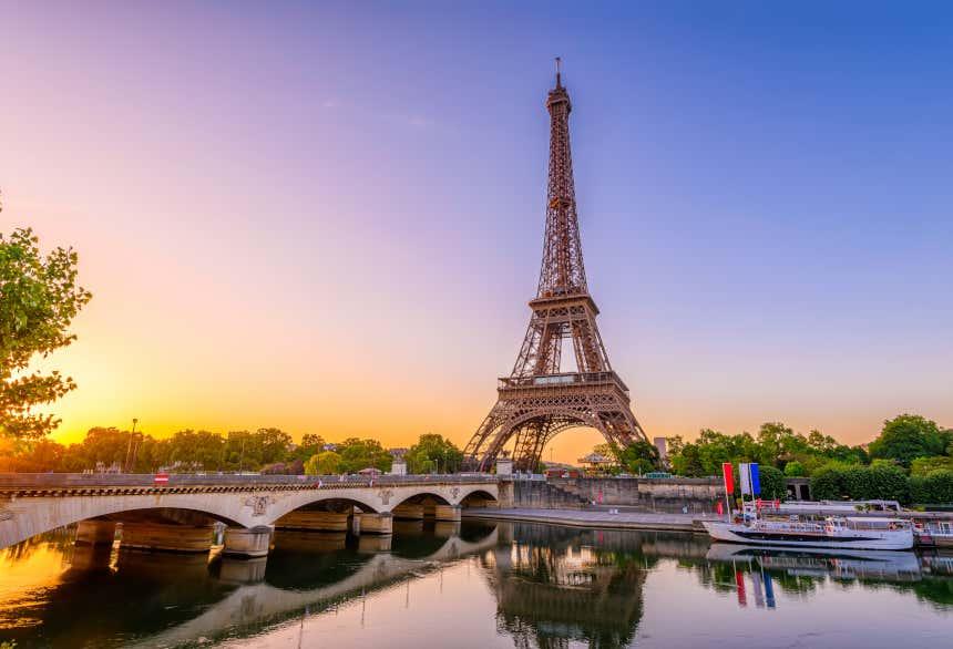 Torre Eiffel y el río Sena en París, Francia