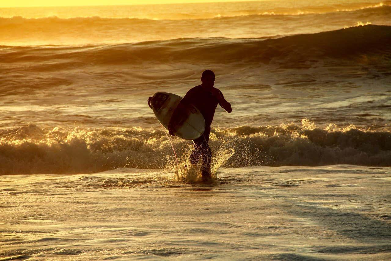 Surfeur à la plage de la Côte des Basques, à Biarritz.
