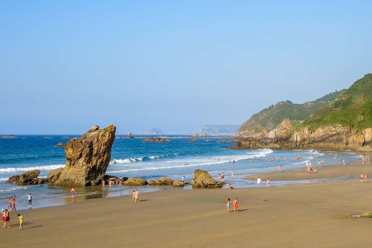 Panorámica de la playa El Aguilar con gente bañándose