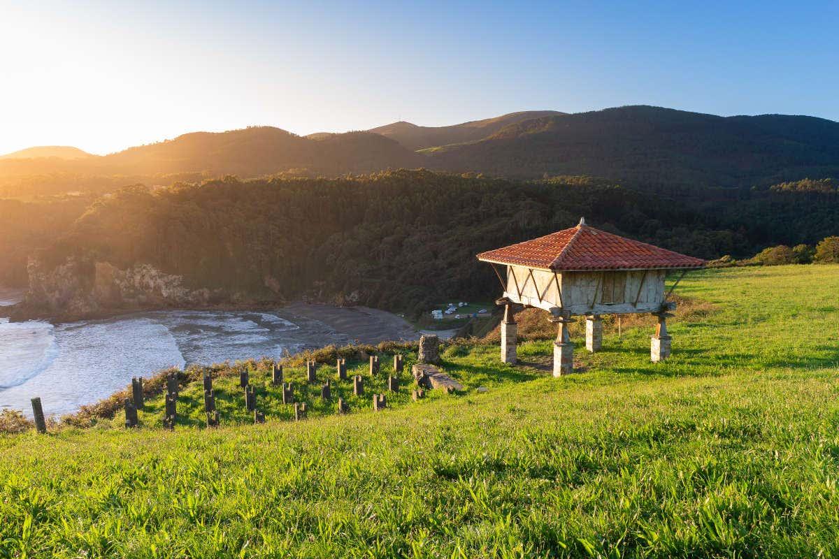 Vistas de un hórreo en la playa de Cadavedo al atardecer