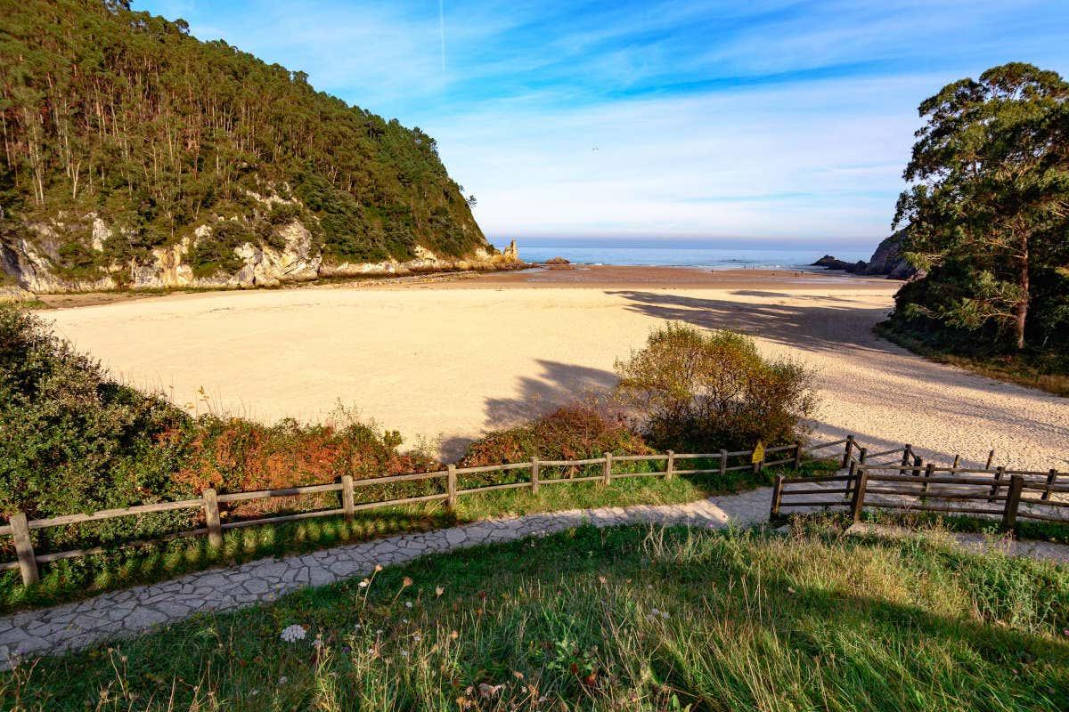 Vistas en un día soleado de la playa La Franca sin gente