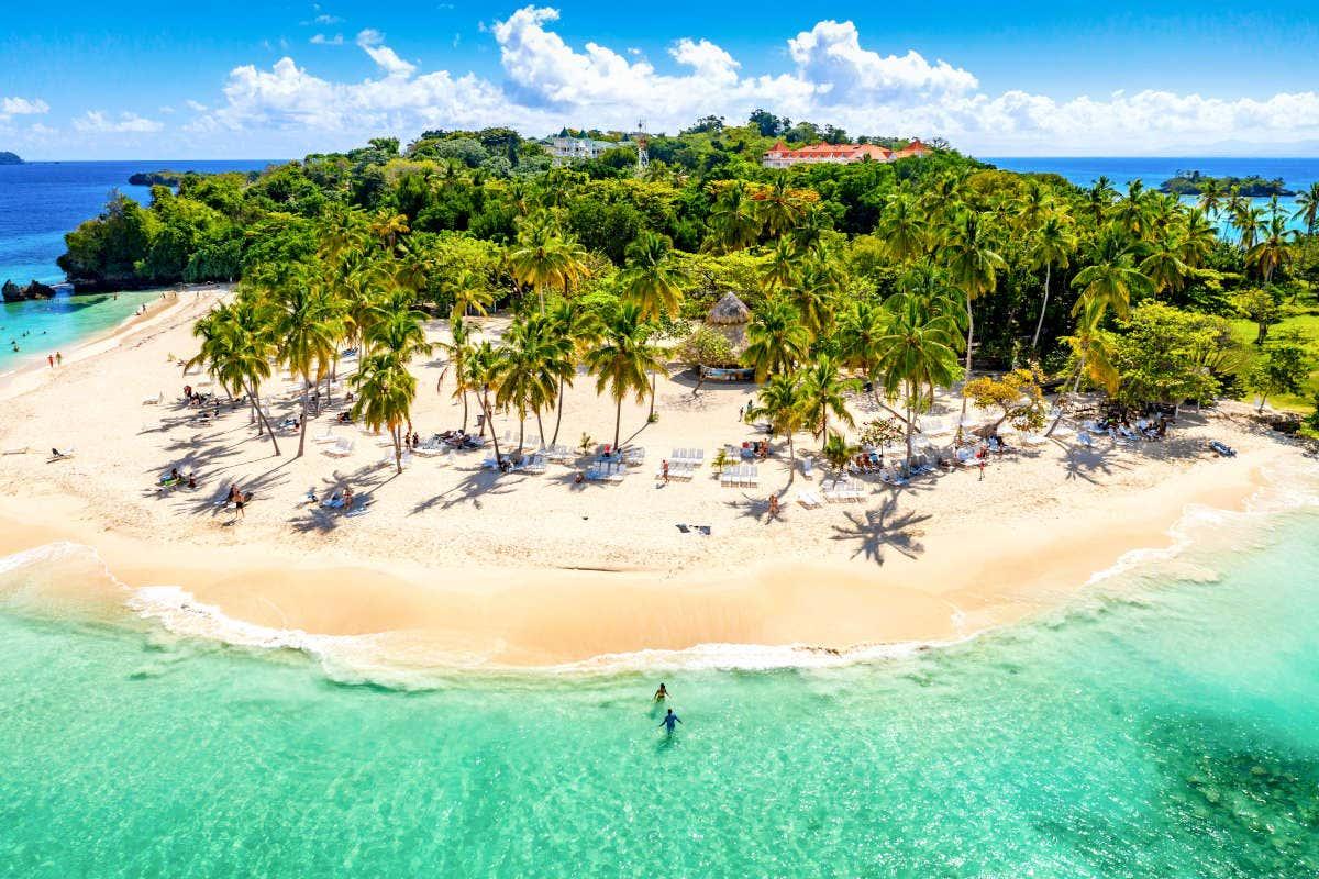 Vista aérea da ilha Bacardi na República Dominicana com palmeiras e água cristalina