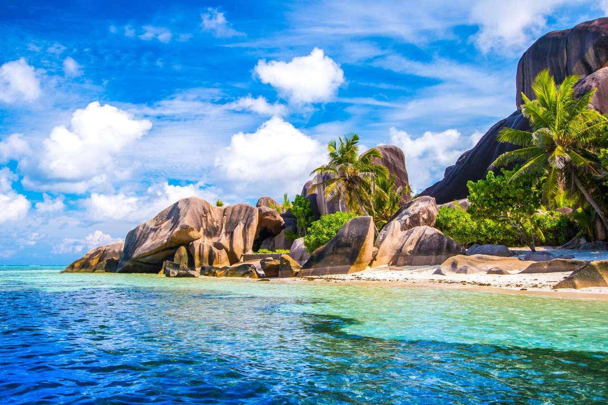 Praia paradisíaca com formações rochosas nas Seychelles