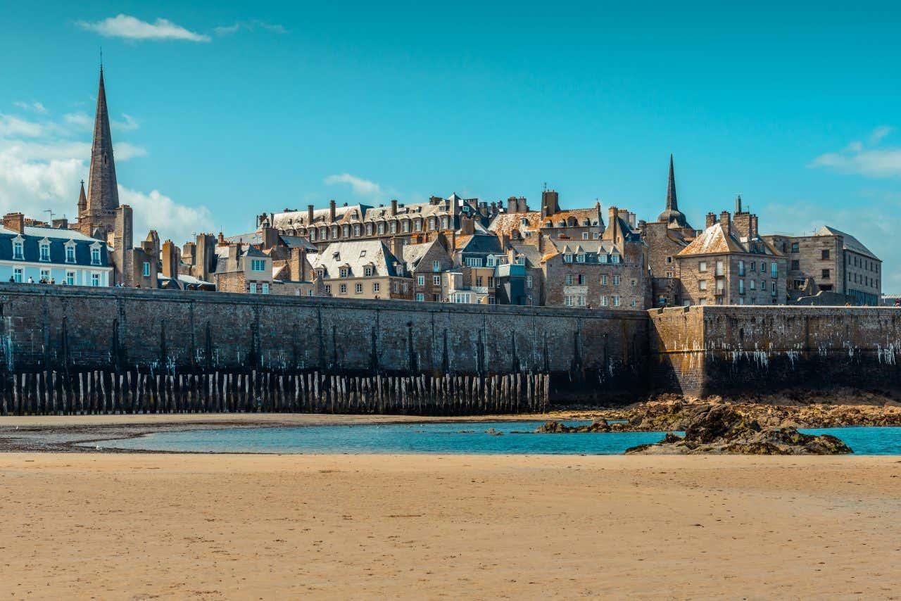 """La Grande Plage du Sillon à Saint-Malo, élue """"la plus belle plage de France"""" en 2018."""