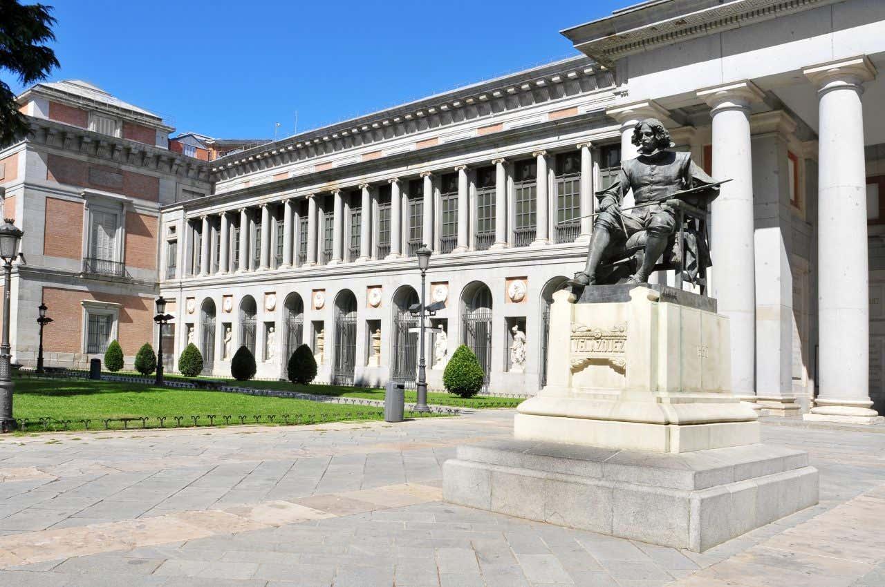 Une des façades du Musée du Prado à Madrid avec une statue