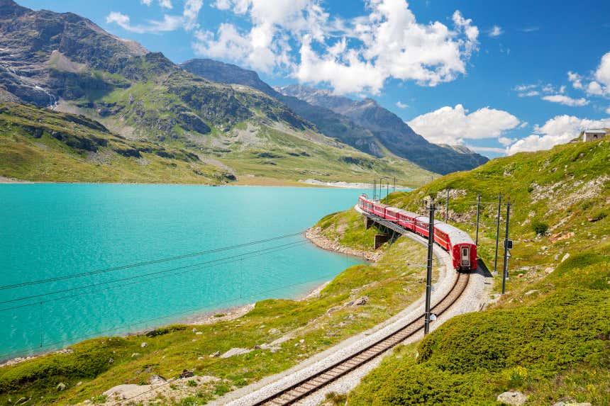 Trem Bernina Express atravessando os Alpes.