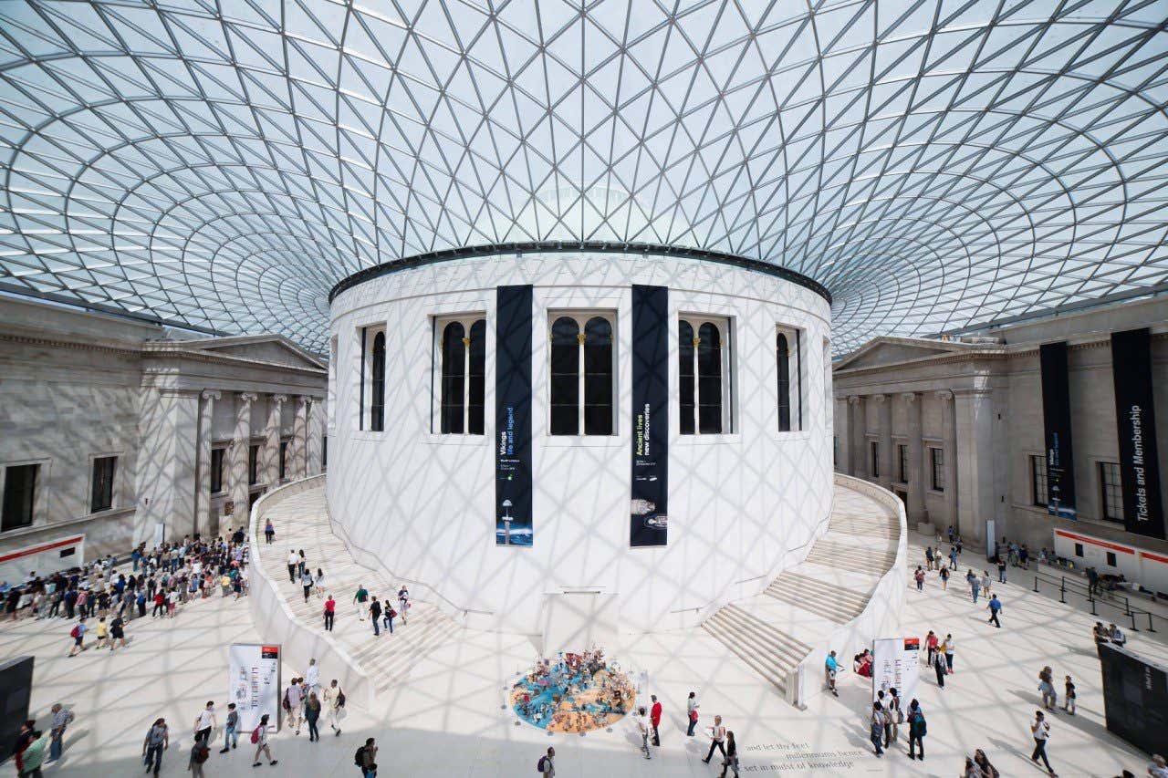Vista de la cristalera interior del British Museum con los visitantes recorriendo los pasillos