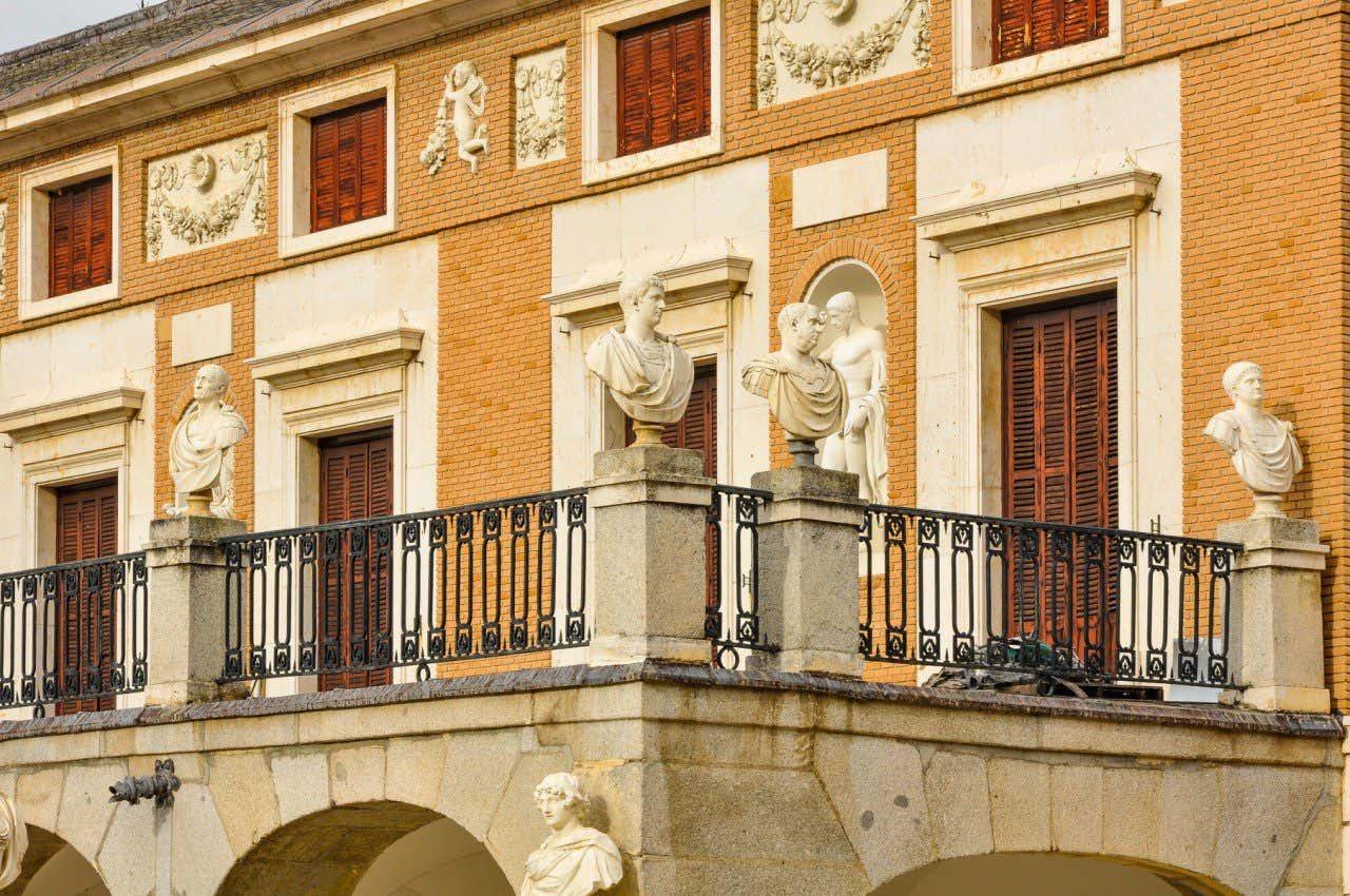 Vista de los detalles de la fachada principal de la Casa del Labrador en Aranjuez