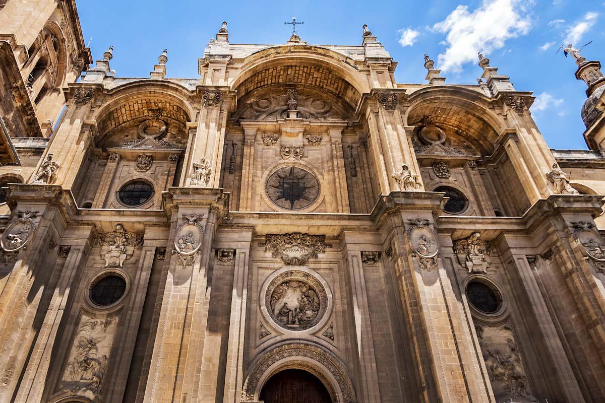 Vista frontal de la catedral de Granada con sus tres pórticos.