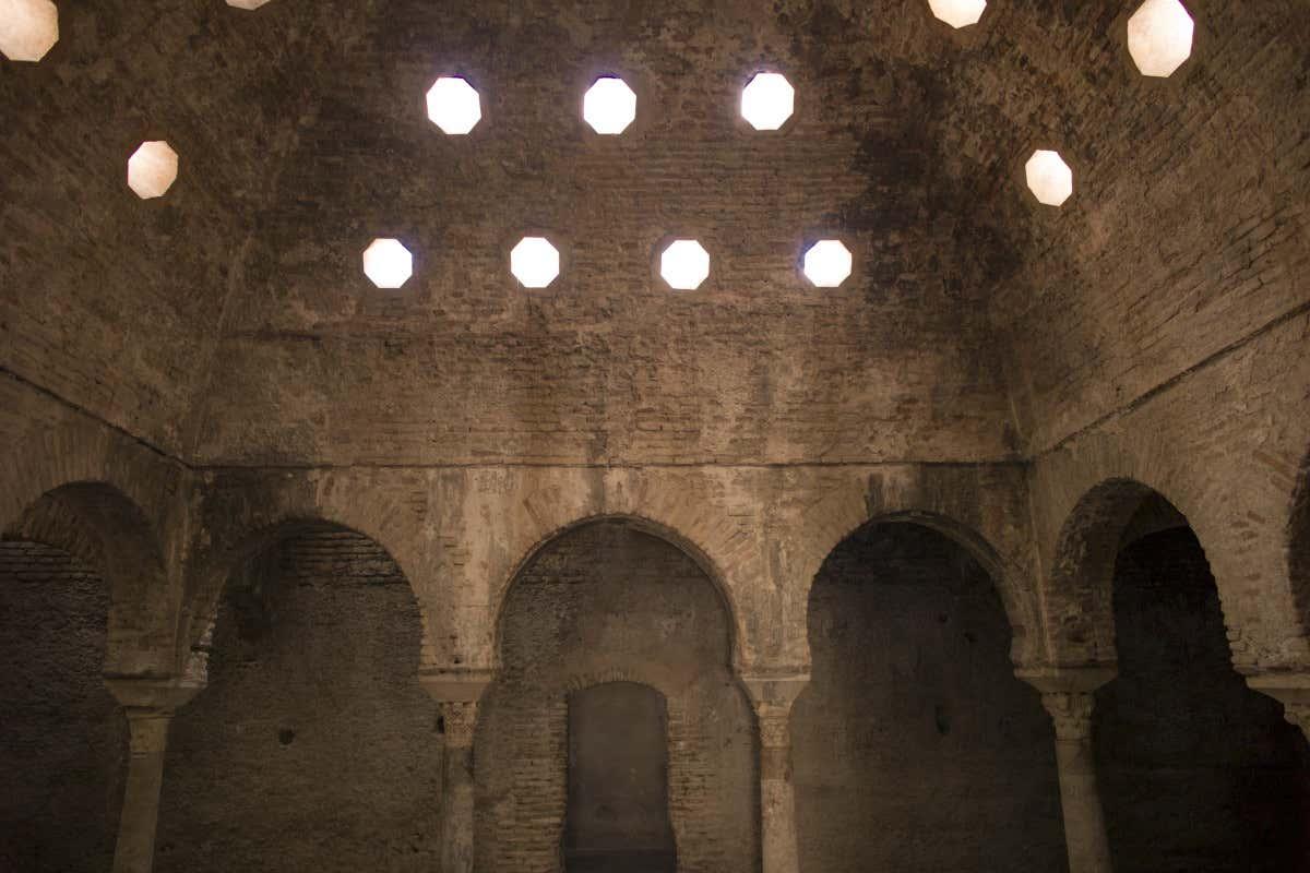 Arcos de piedra de los baños árabes Hammam Al Ándalus de Granada.