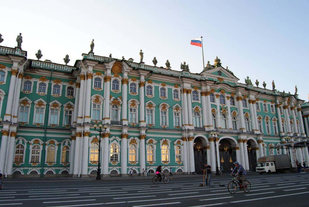 Fachada verde y blanca del Museo del Hermitage de San Petersburgo, Rusia