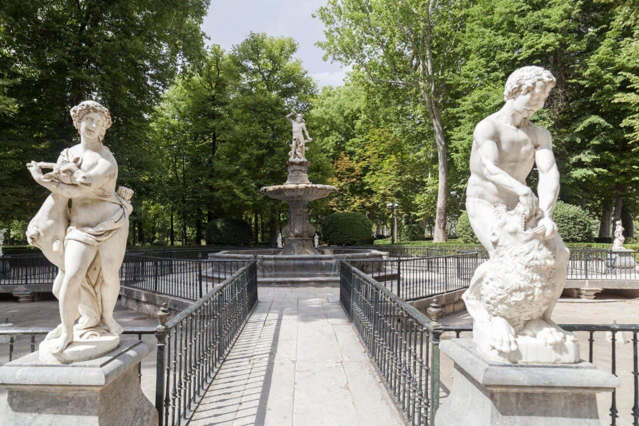 Esculturas con fuente de fondo del Jardín de la Isla de Aranjuez