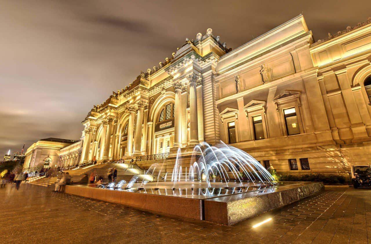 Fachada iluminada en la noche del Metropolitan Museum de Nueva York