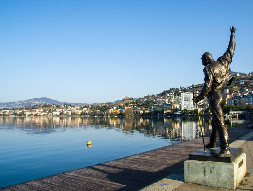 Estátua de Freddy Mercury ao lado do rio de Montreux.