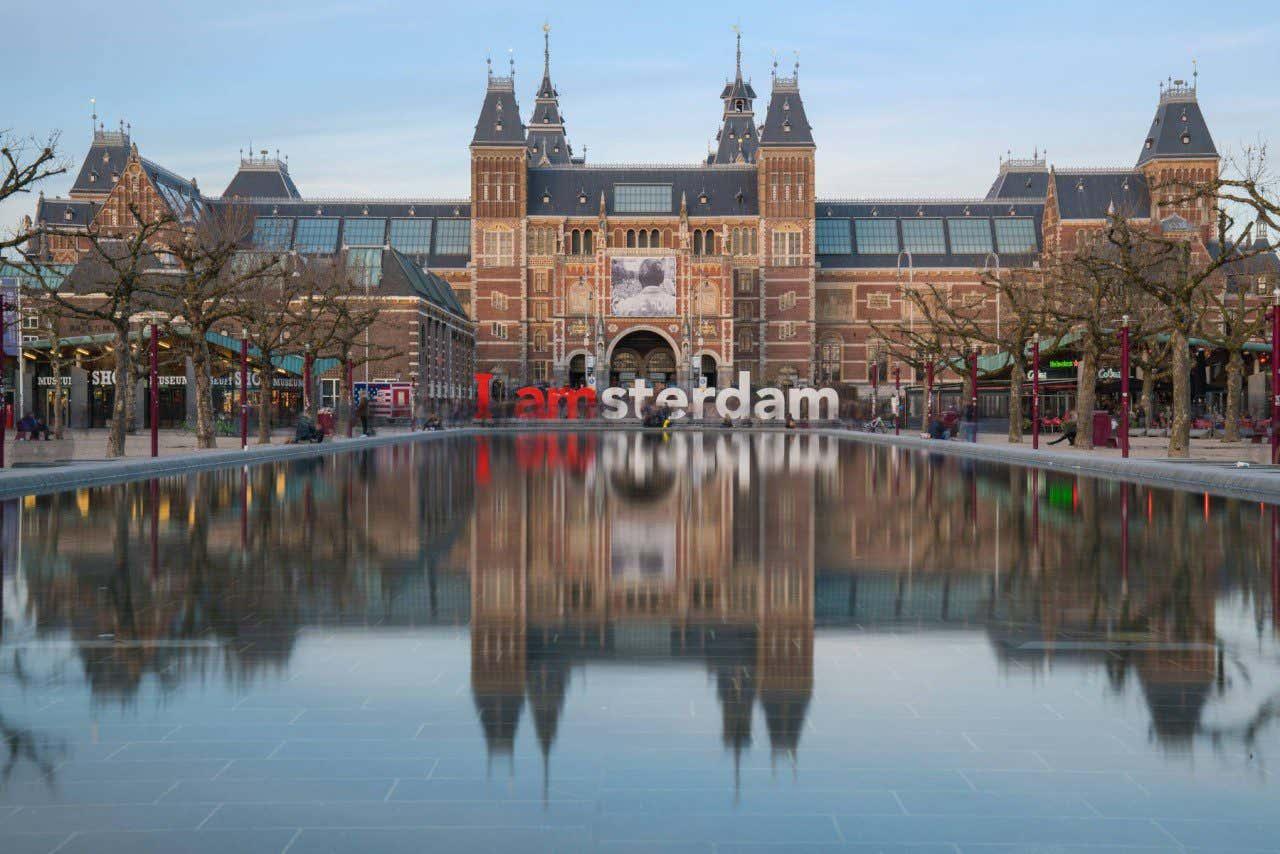 Fachada del Rijksmuseum en Ámsterdam con las letras de I Amsterdam