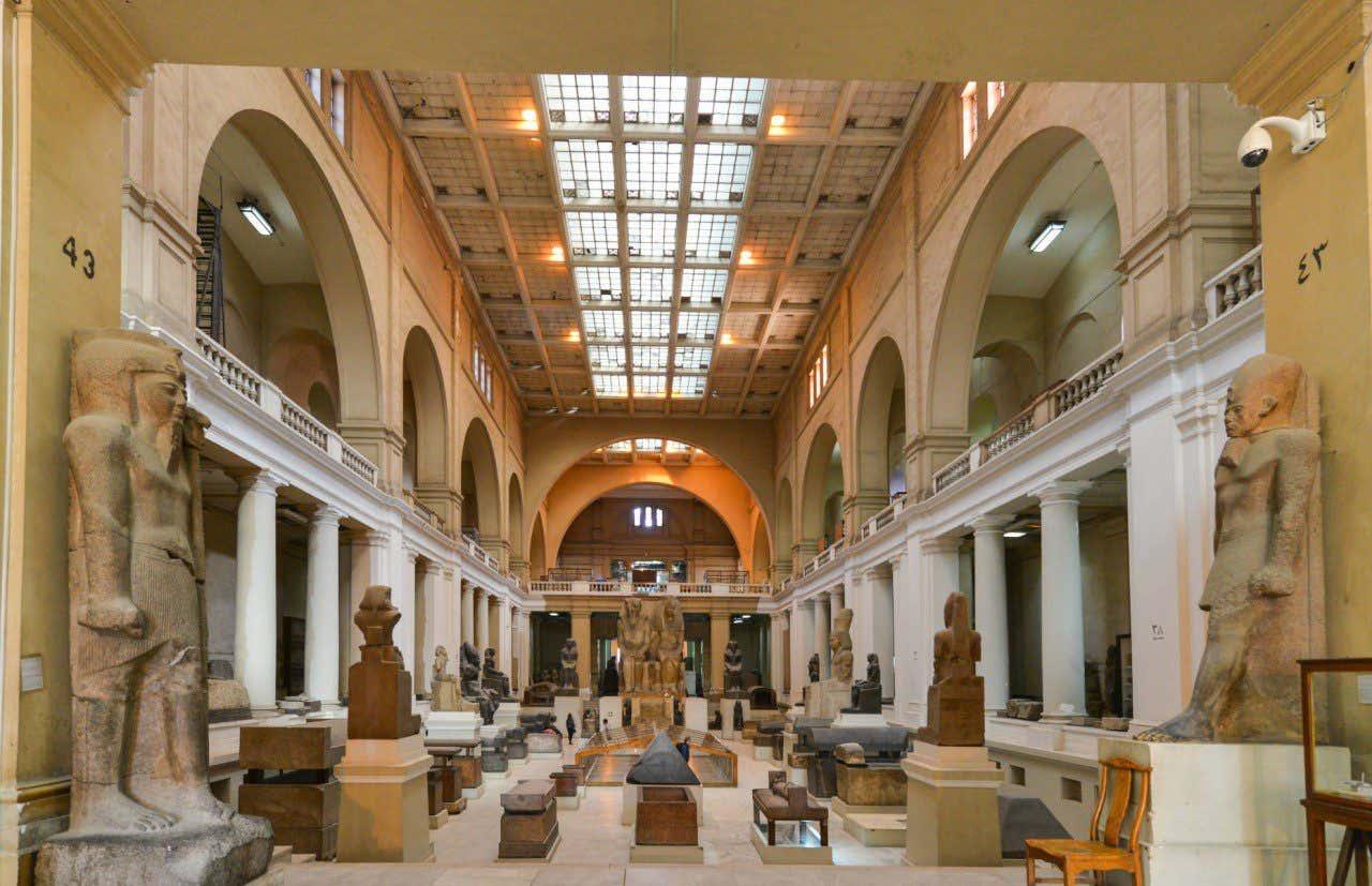 Recorriendo los pasillos del Museo Egipcio de El Cairo con diversas esculturas