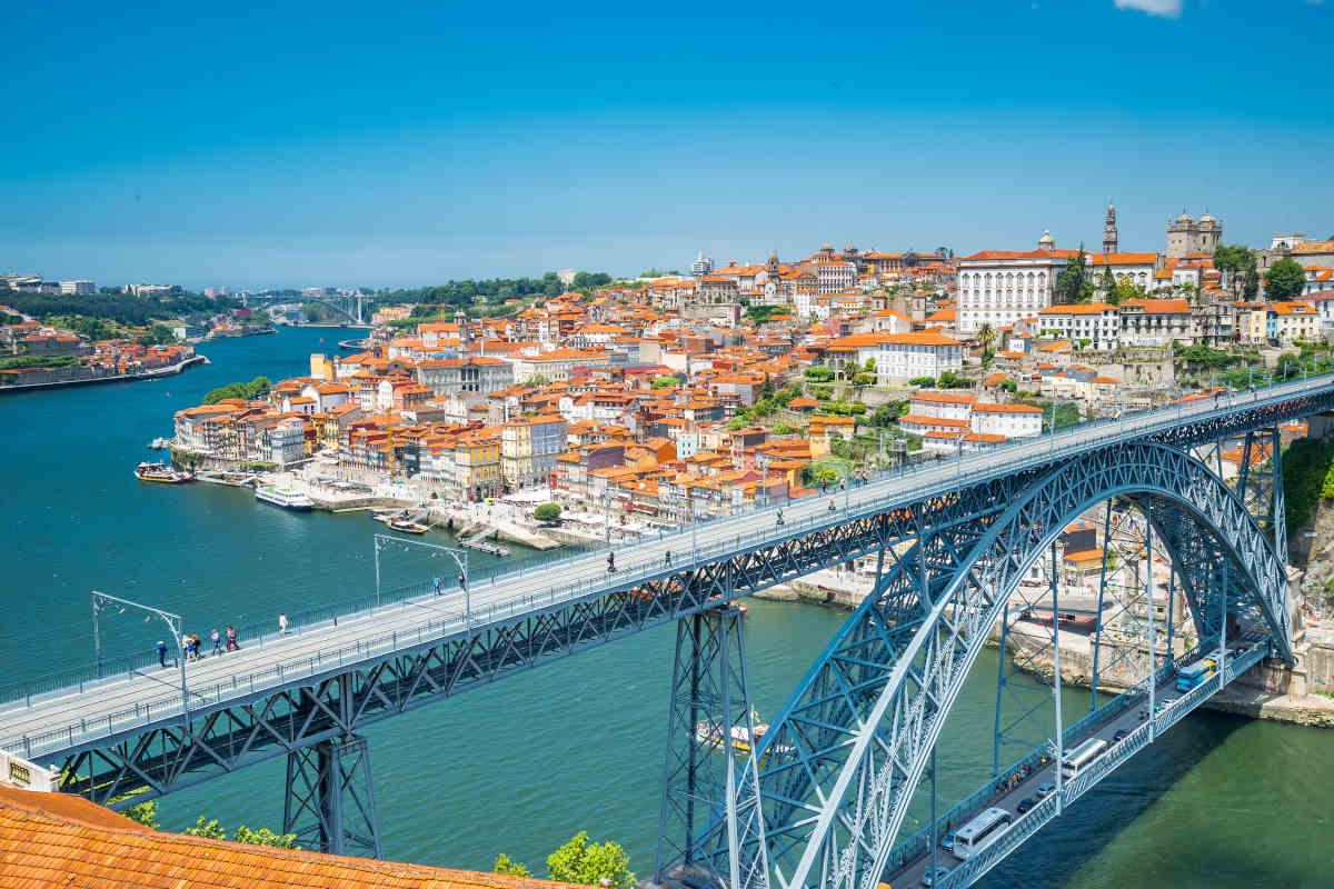 Vue panoramique sur l'un des célèbres ponts de Porto