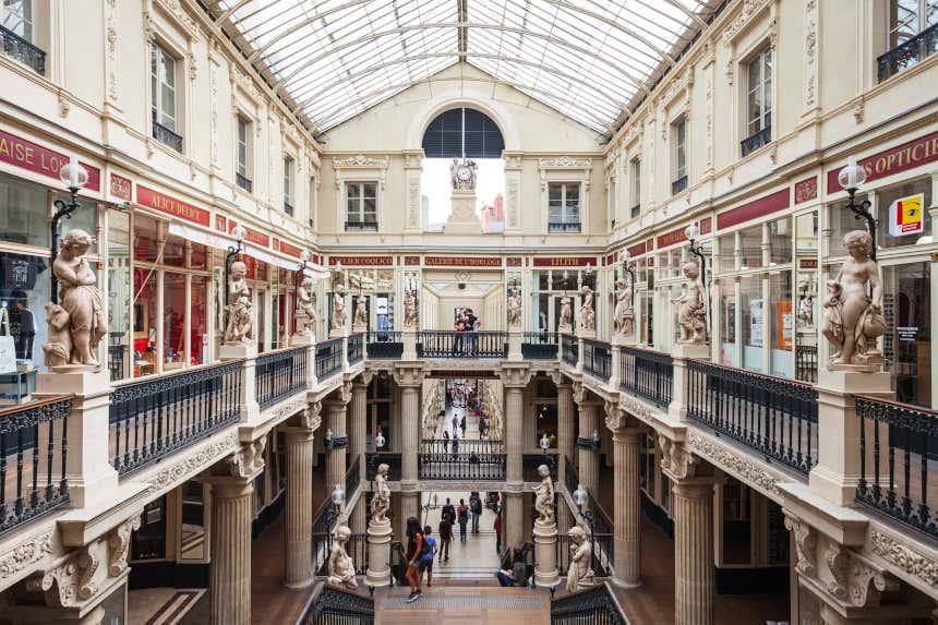 Intérieur et escaliers du Passage Pommeraye à Nantes.