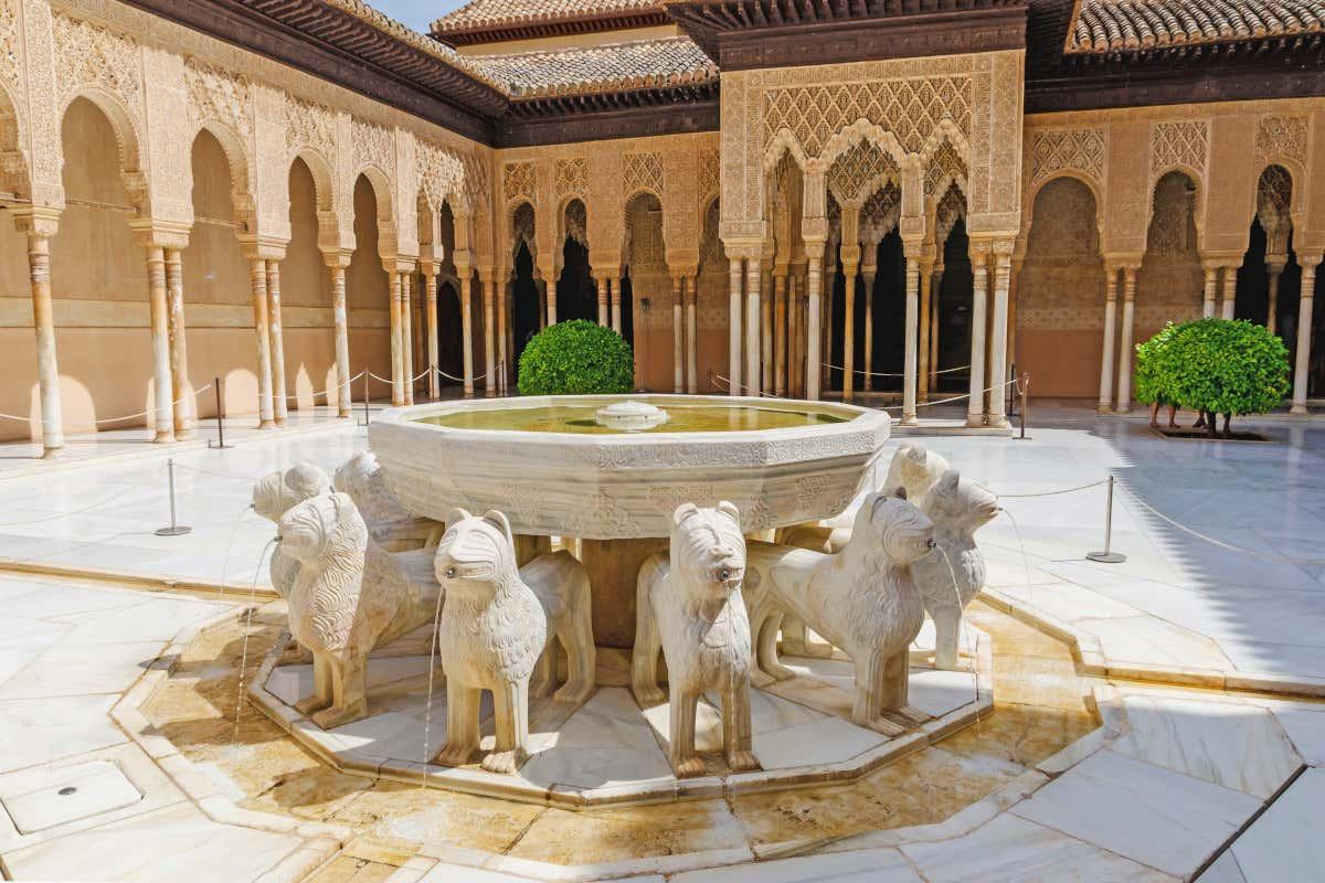Fuente del patio de los Leones, uno de los lugares más famosos de la Alhambra de Granada.