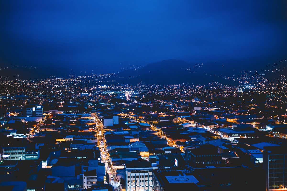 Vista nocturna de San José desde las alturas.
