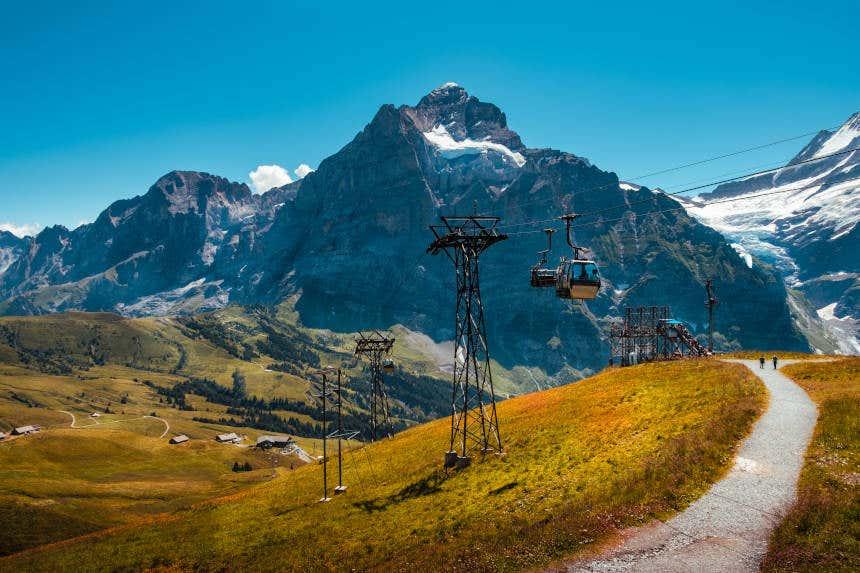 Teleférico subindo ao monte First.