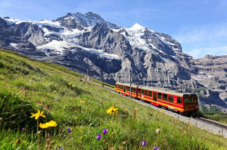 Trem cremalheira atravessando os Alpes.