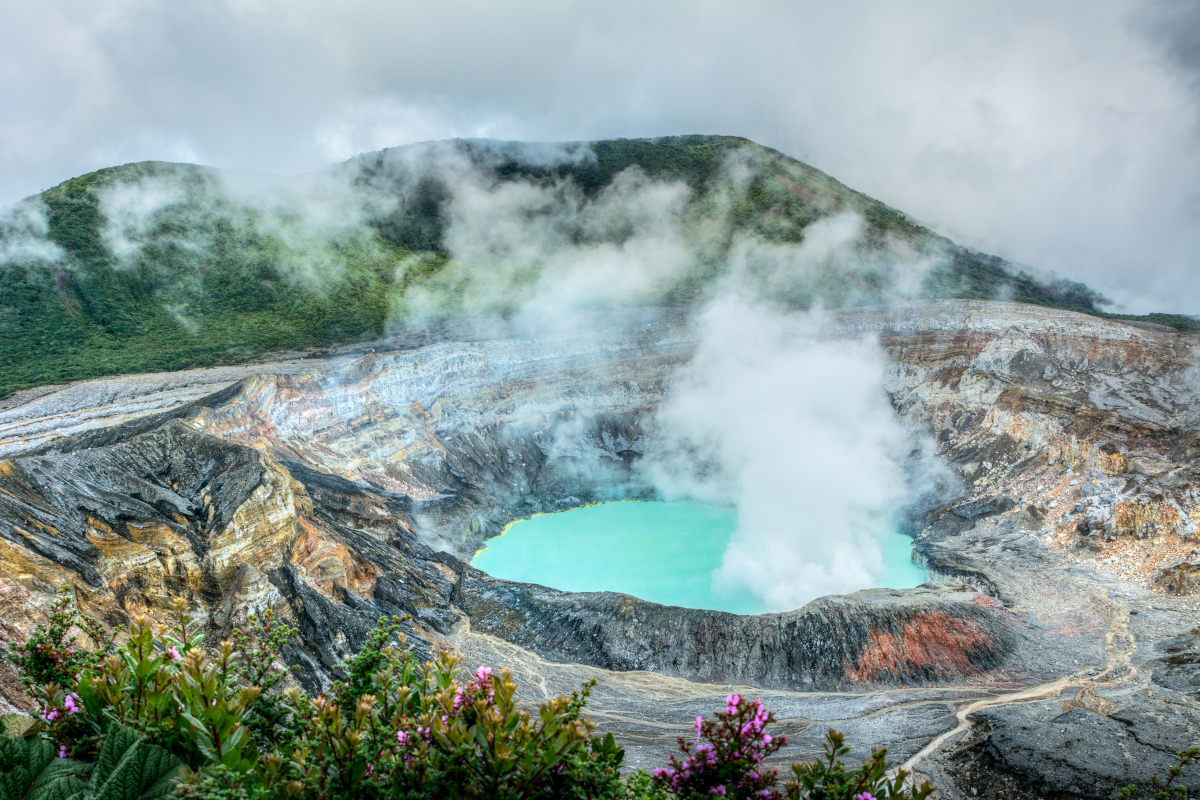 Laguna turquesa del volcán Poás.