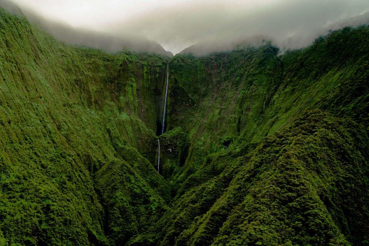 Paisaje verde de las montañas de Hawaii con la catarata al fondo