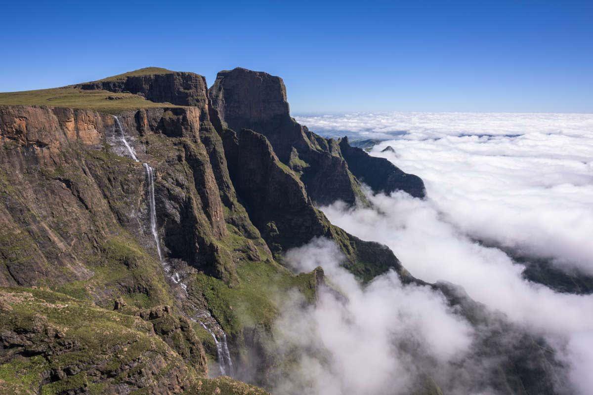 Vista aérea de las Cataratas de Tugela con las nubes en la parte baja
