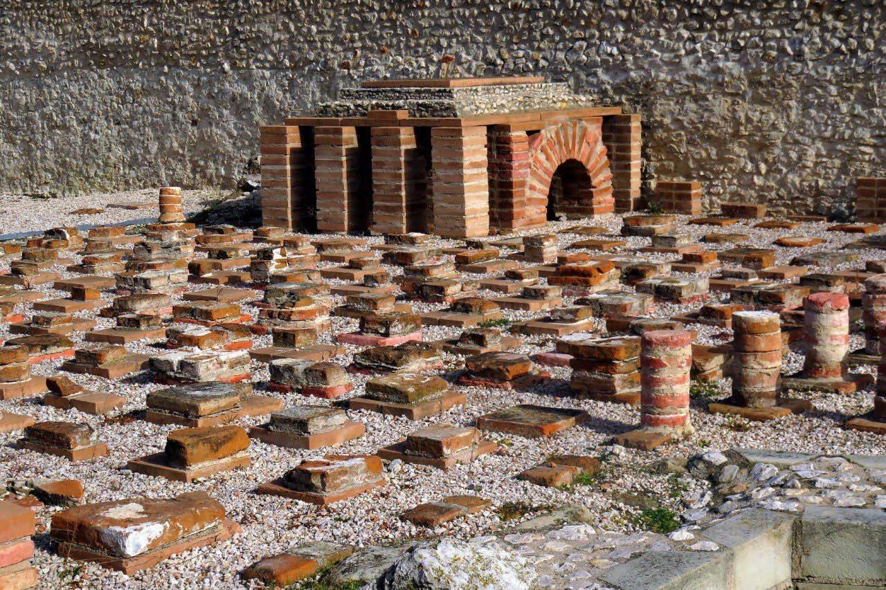 Excavación arqueológica en Complutum, Alcalá de Henares, donde se pueden ver ruinas de diversas construcciones