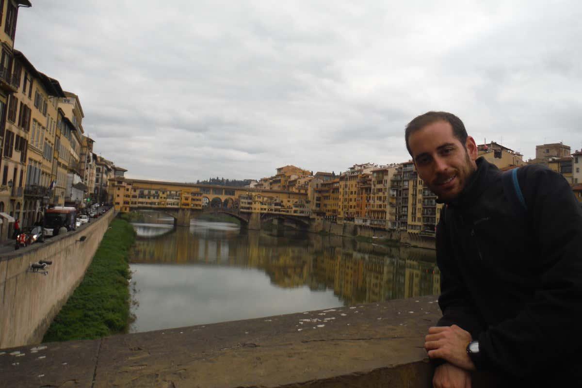 David Chaves frente al Ponte Vecchio, el puente más conocido de Florencia, en un día nublado.