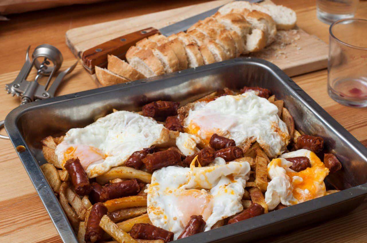 Bandeja de huevos con patatas y chorizo, uno de los platos típicos de Alcalá de Henares