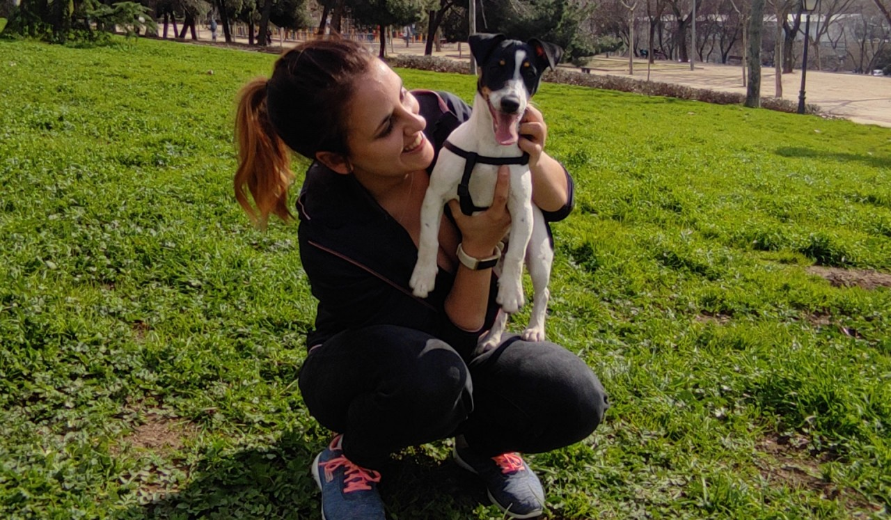 Natalia dando un paseo por Madrid con su perrita Kira